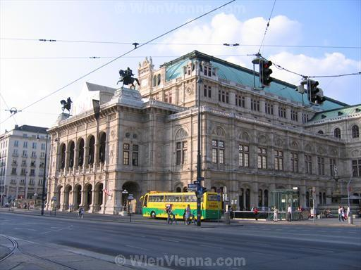 Sightseeing Bus in front of Vienna State Opera